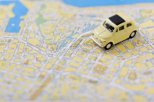地図の上のミニチュアカー横位置の写真素材 [FYI01708212]