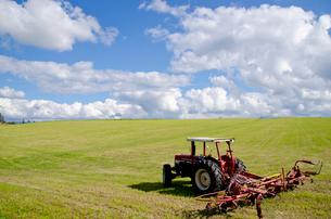 一面広がる畑と農機横位置の写真素材 [FYI01708290]