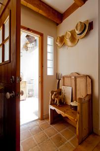 オールドパインのベンチのある出入り口の写真素材 [FYI01708309]
