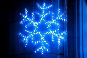 雪の結晶のネオンの写真素材 [FYI01708334]