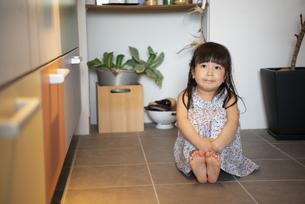 キッチンの床に座っている女の子の写真素材 [FYI01708335]
