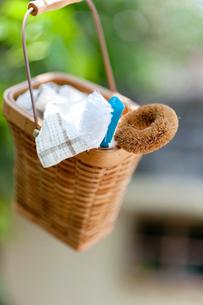 カゴと掃除ブラシの写真素材 [FYI01708336]