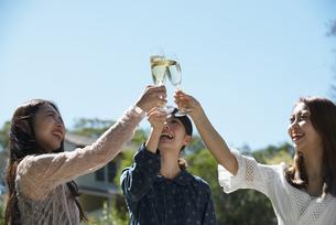 ガーデンパーティで乾杯をしている笑顔の女性3人の写真素材 [FYI01708349]