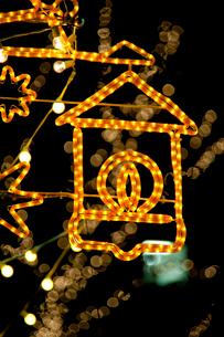 オレンジ色のクリスマスオーナメントの写真素材 [FYI01708357]