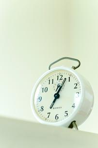 見上げてみる白い目覚まし時計の写真素材 [FYI01708399]
