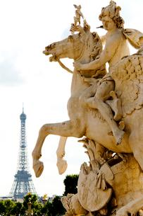 コンコルド広場の像越しに望むエッフェル塔の写真素材 [FYI01708408]
