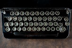 古いタイプライターのキーの写真素材 [FYI01708446]