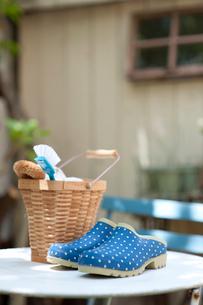 テーブルの上のガーデン雑貨の写真素材 [FYI01708448]