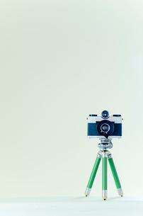 三脚の付いた古いカメラ縦位置の写真素材 [FYI01708449]