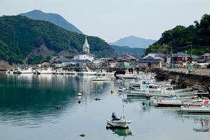 漁港から望む古い教会の写真素材 [FYI01708493]