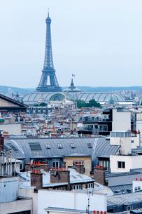 パリ風景越しに見るエッフェル塔の写真素材 [FYI01708496]