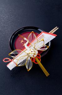正月漆器とツルの水引飾りの写真素材 [FYI01708527]
