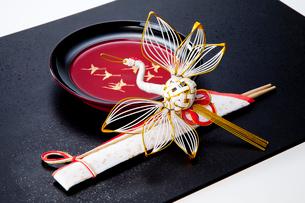 正月漆器とツルの水引飾りの写真素材 [FYI01708553]