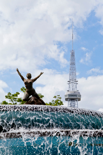 噴水とテレビ塔の写真素材 [FYI01708560]