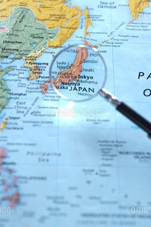 ルーペで見た地図上の日本の写真素材 [FYI01708566]