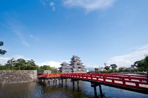 赤い橋から望む松本城の写真素材 [FYI01708582]