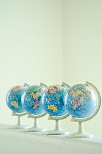 きれいに並んだ地球儀4個の写真素材 [FYI01708584]