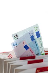 分類ファイルに挟まれたユーロ紙幣の写真素材 [FYI01708590]