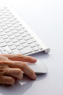 手が添えられたマウスとキーボードの写真素材 [FYI01708613]