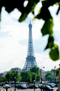 緑越しに見るエッフェル塔の写真素材 [FYI01708618]