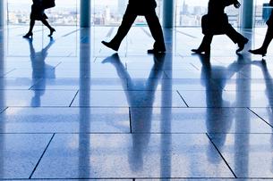 歩くビジネスマン達の足のシルエットの写真素材 [FYI01708654]