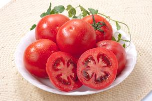 トマトカット皿盛りの写真素材 [FYI01708664]