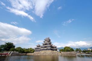 青空と松本城の写真素材 [FYI01708673]