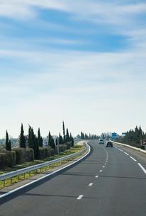 自然のなかを走る高速道路の写真素材 [FYI01708693]