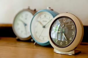 3個のアンティーク目覚まし時計の写真素材 [FYI01708698]