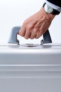 アタッシュケースを握るビジネスマンの手の写真素材 [FYI01708705]