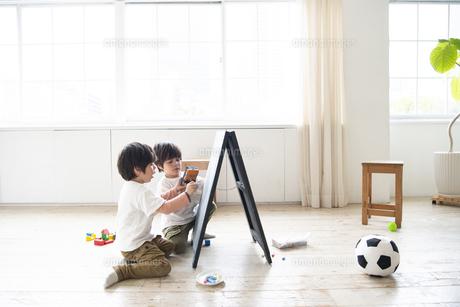 黒板で遊んでいる子供たちの写真素材 [FYI01708706]