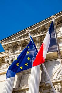 市庁舎に掲げられたフランス国旗とEU旗の写真素材 [FYI01708729]