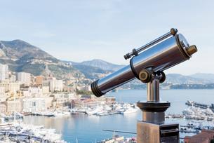 望遠鏡越しに見るモナコ湾の写真素材 [FYI01708739]