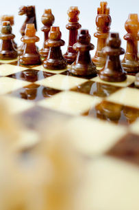 並ぶチェスの駒の写真素材 [FYI01708744]