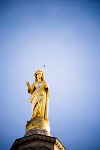 青空とノートルダム・デ・ドン大聖堂の聖母像の写真素材 [FYI01708755]