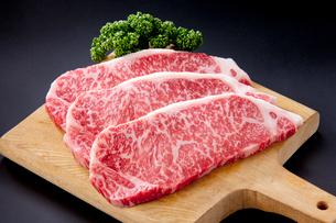 牛肉ロースステーキ用  の写真素材 [FYI01708766]