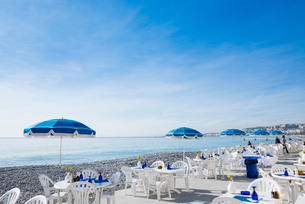 青空と海辺のオープンカフェの写真素材 [FYI01708773]