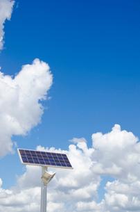 空に向く太陽光発電式街路灯の写真素材 [FYI01708776]