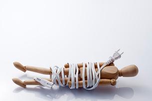 電気コードで巻かれたモデル人形の写真素材 [FYI01708803]