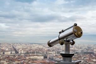 望遠鏡越しに見るリヨンの街並の写真素材 [FYI01708804]
