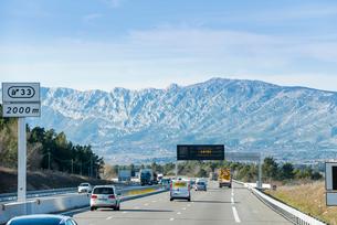 正面にビクトワール山を見る高速道路の写真素材 [FYI01708811]