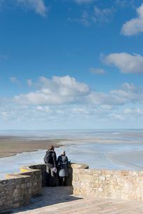 モンサンミッシェル修道院テラスから見る海の写真素材 [FYI01708830]