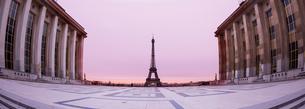 朝焼けの中のエッフェル塔の写真素材 [FYI01708834]