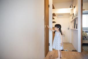 ドアを閉めている女の子の写真素材 [FYI01708840]