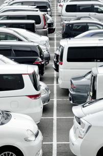 駐車中の車の列の写真素材 [FYI01708845]