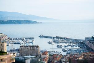 旧市街の丘の上から望むモナコ湾の写真素材 [FYI01708873]