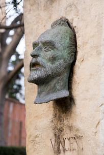 古代劇場前に立つ記念碑のヴァン.ゴッホの顔像の写真素材 [FYI01708879]