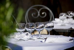 グラスのおかれたテーブルの写真素材 [FYI01708888]