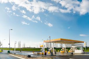 高速道路パーキングのガソリンスタンドの写真素材 [FYI01708892]