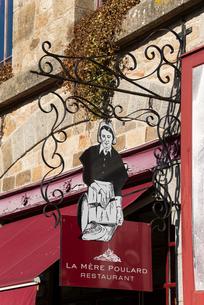 モンサンミッシェル修道院参道にあるオムレツ屋の看板の写真素材 [FYI01708904]